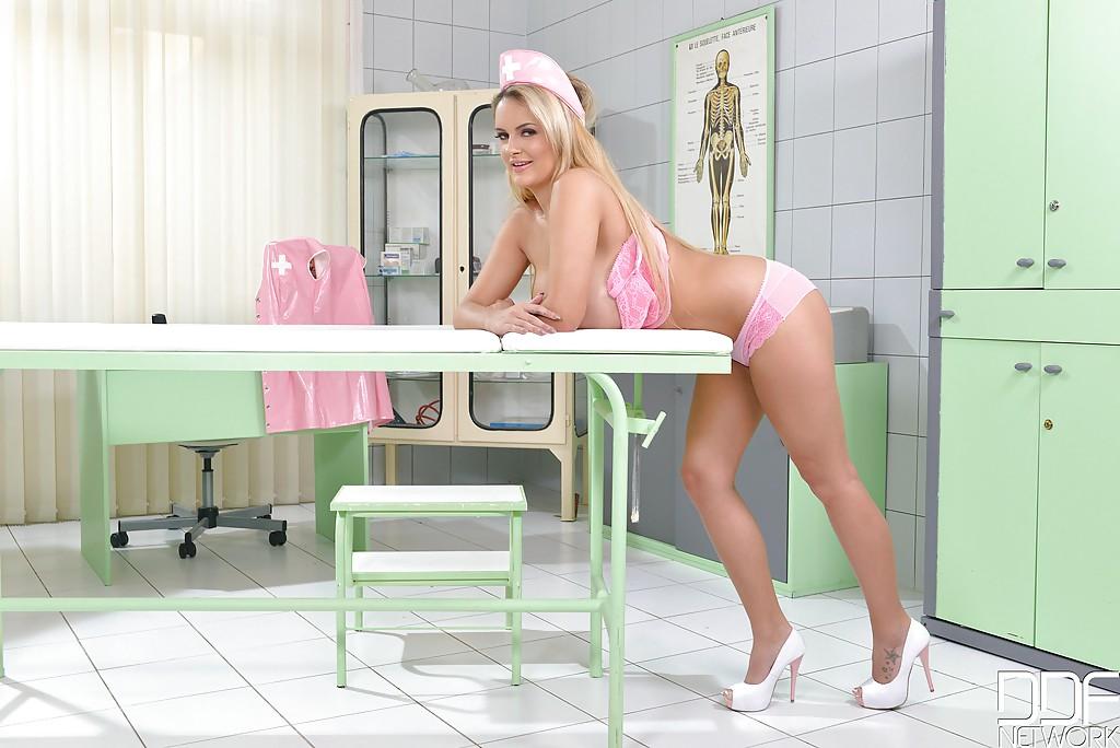 Горячая медсестра с грудью 5 размера пытается вызвать эрекцию пациента секс фото и порно фото