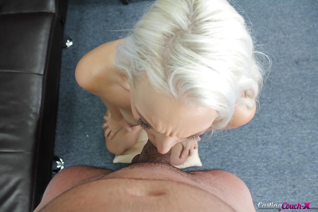 Голая блондинка заглатывает короткий член мужика, чтобы стать моделью секс фото и порно фото