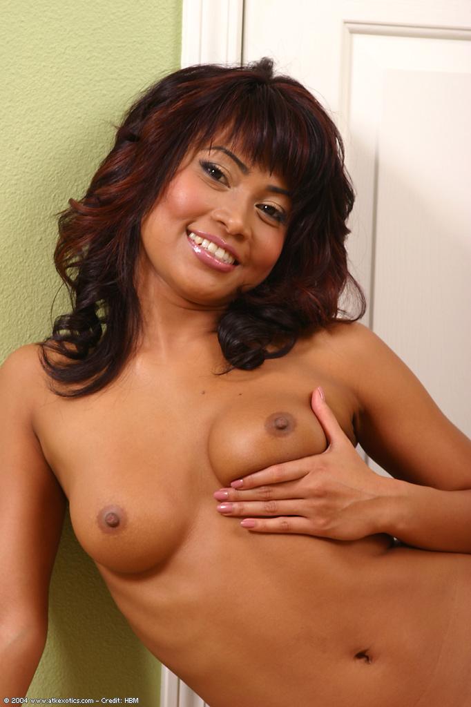 19летняя милашка из Малайзии снимает нижнее белье возле двери секс фото и порно фото