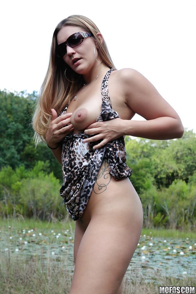 Татуированная телка на природе задирает платье, под которым нет трусиков секс фото и порно фото
