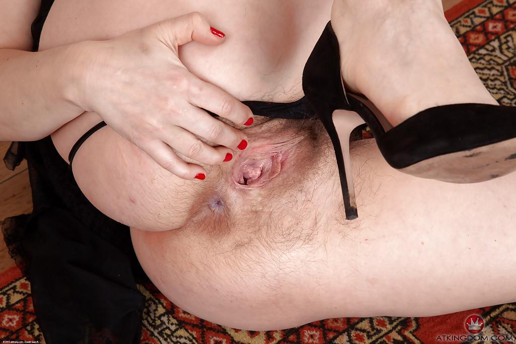 Одинокая мамаша раздвигает половые губки волосатой киски секс фото и порно фото