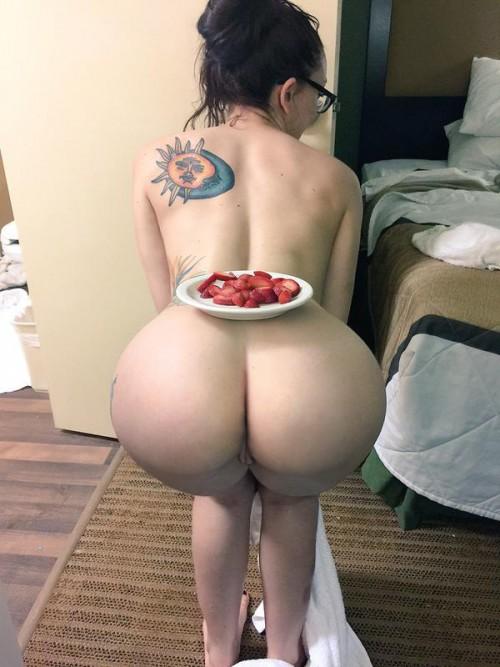 Пошлые телки поворачиваются попкой и показывают голые киски секс фото и порно фото