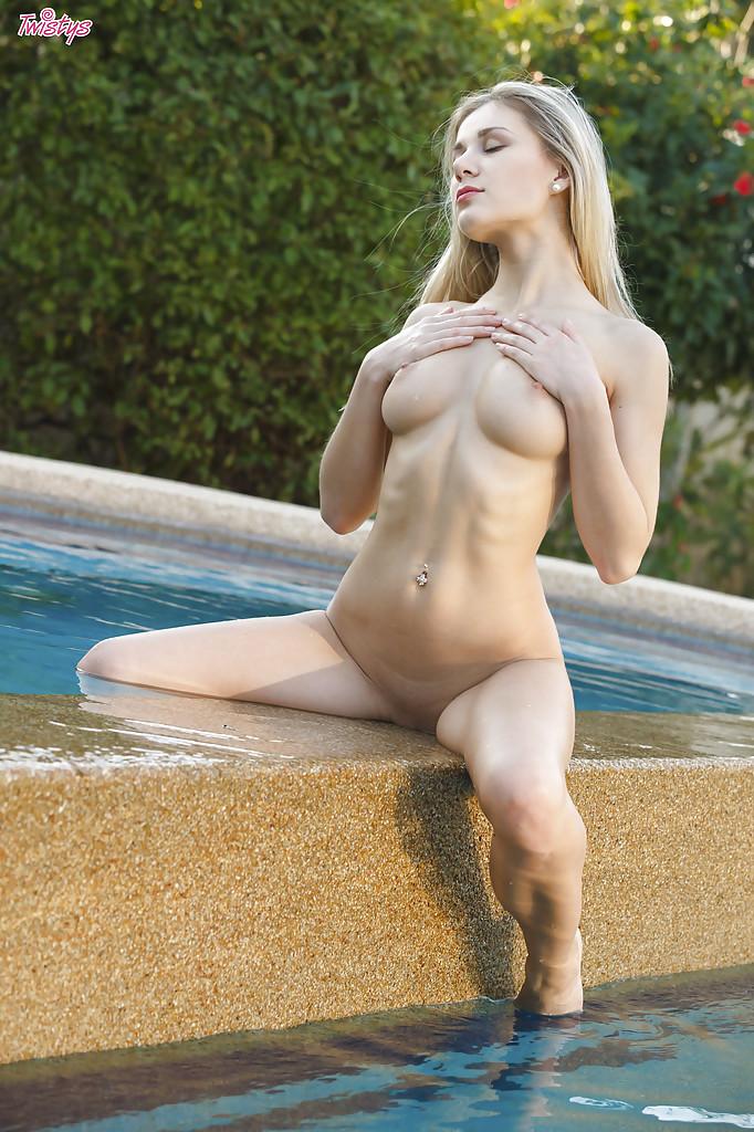 Эро-модель Дарина Литвинова позирует голышом у бассейна секс фото и порно фото