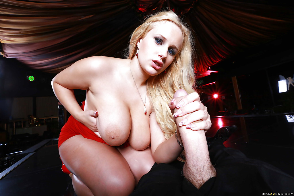 Грудастая блондинка после стриптиза трахается с клиентом на сцене секс фото и порно фото