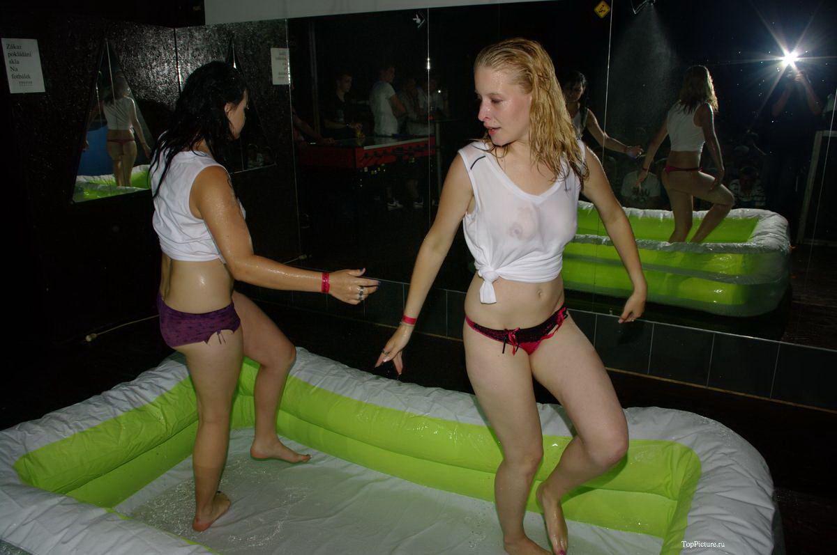 Пьяные телки устроили конкурс мокрых маек на вечеринке секс фото и порно фото