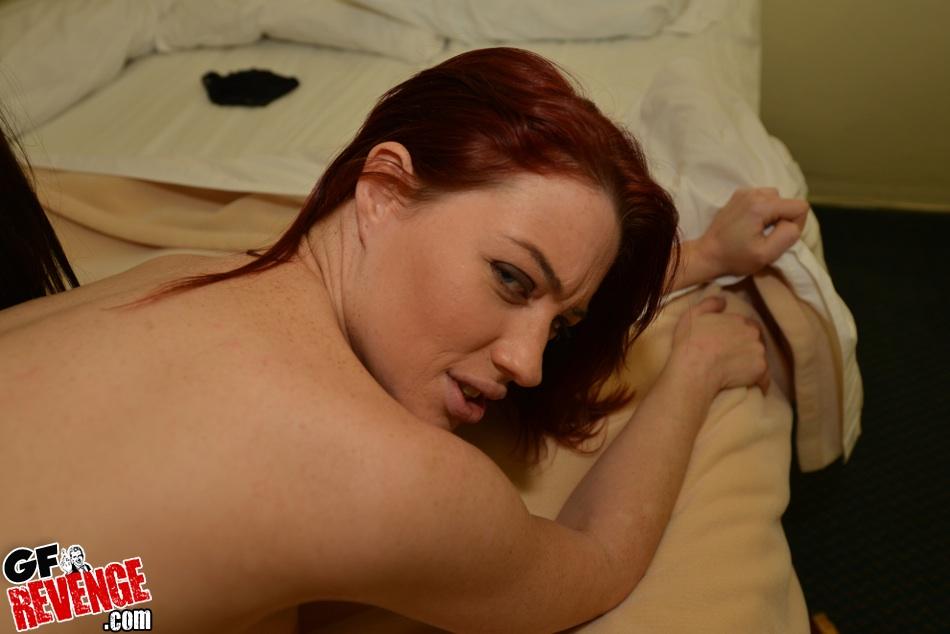 Муж трахает жену и её рыжую подругу на белой кровати секс фото и порно фото