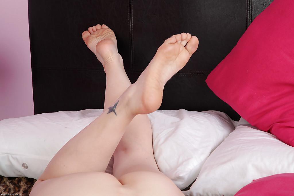 Грудастая мамка демонстрирует бритую киску на двухспальной кровати секс фото и порно фото