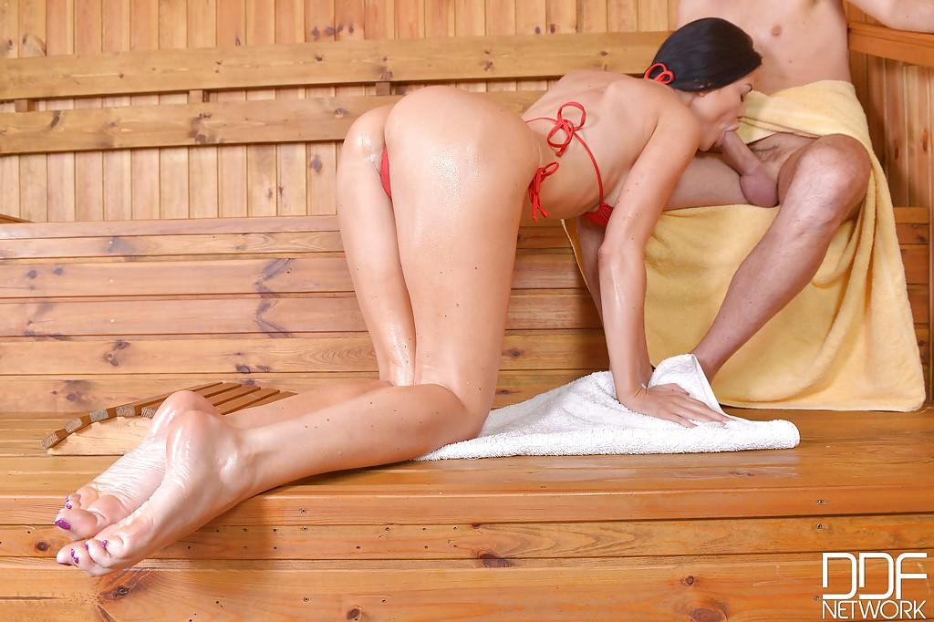 Силиконовая соска подрочила ножками член фетишиста в сауне секс фото и порно фото