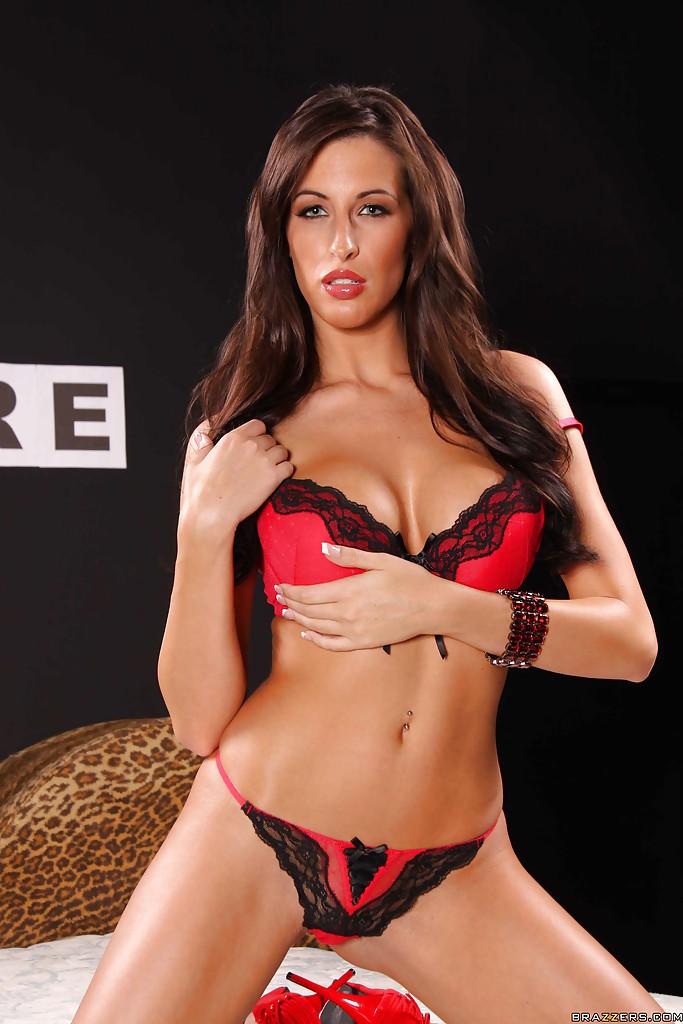 Телка в красных туфлях хвастается силиконовыми сиськами 3 размера секс фото и порно фото