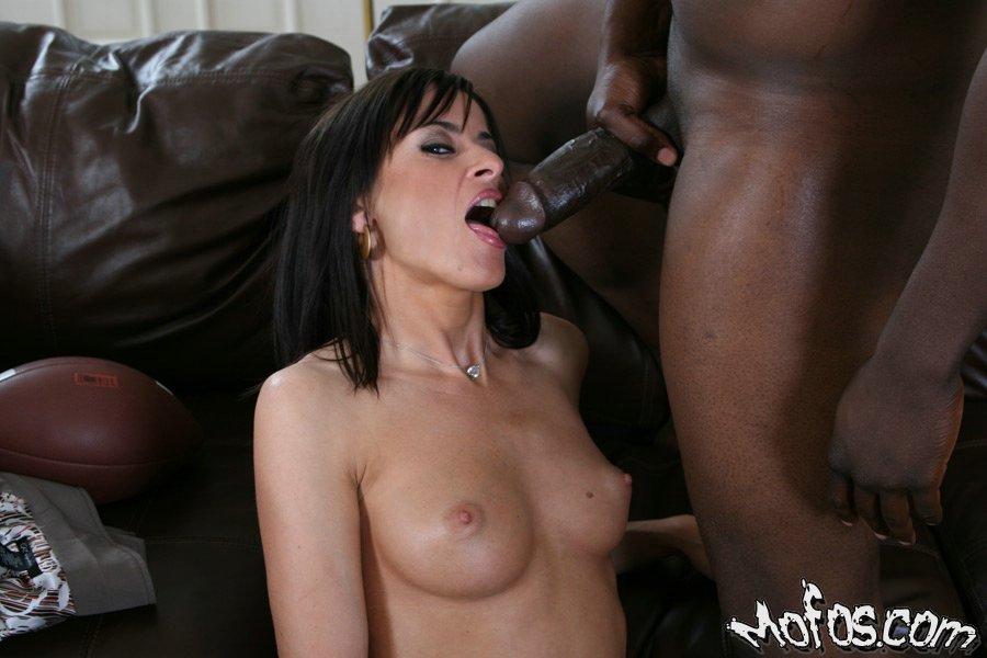 Зрелая тёлка ебётся с черным любовником, пока муж на работе секс фото и порно фото