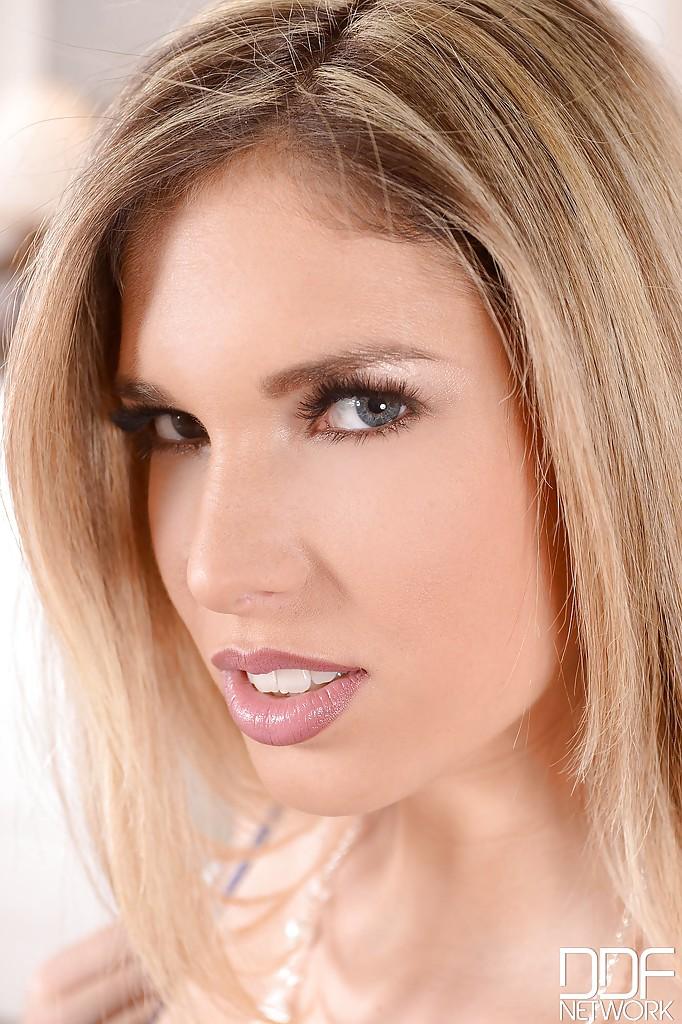 Гламурная блондинка раздевается на диване и ласкает анальную дырку секс фото и порно фото