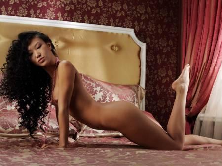 Длинноногая азиатка в розовом платье демонстрирует киску на камеру секс фото и порно фото