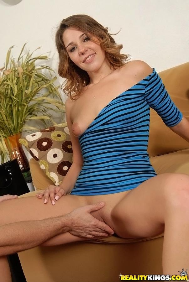 Молодая тёлка в синем платье дрочит киску пальцами перед камерой секс фото и порно фото
