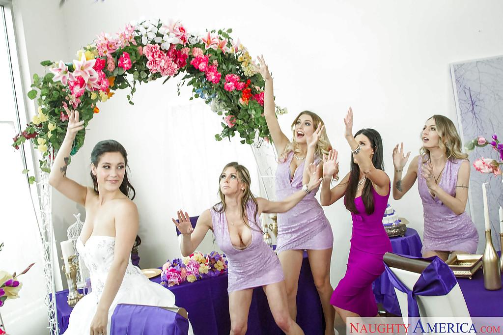 Гости свадебной вечеринки начали трахаться на фиолетовом столе секс фото и порно фото