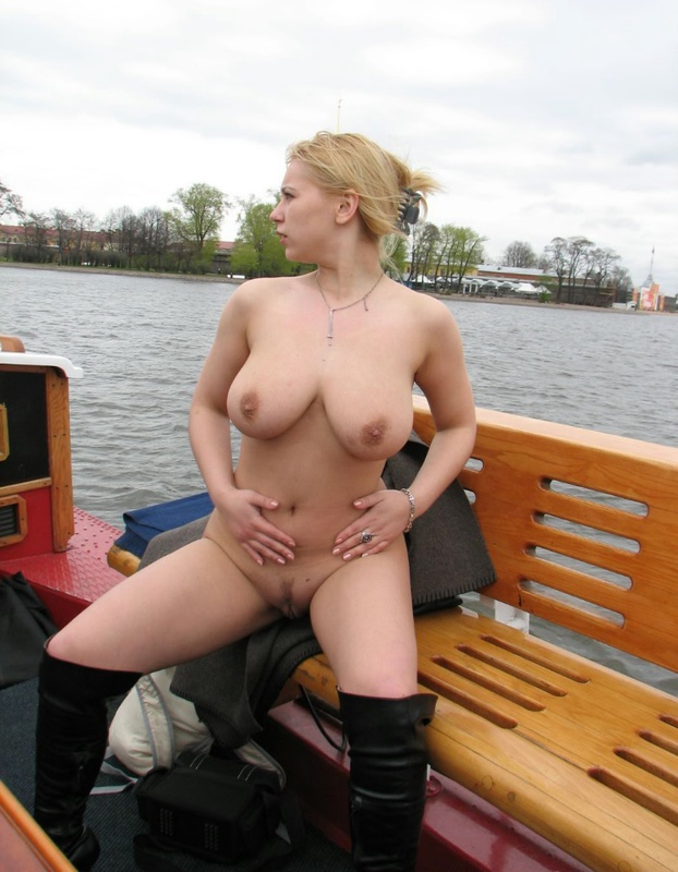 Голая баба из России хвастает огромными титьками на прогулочном катере секс фото и порно фото