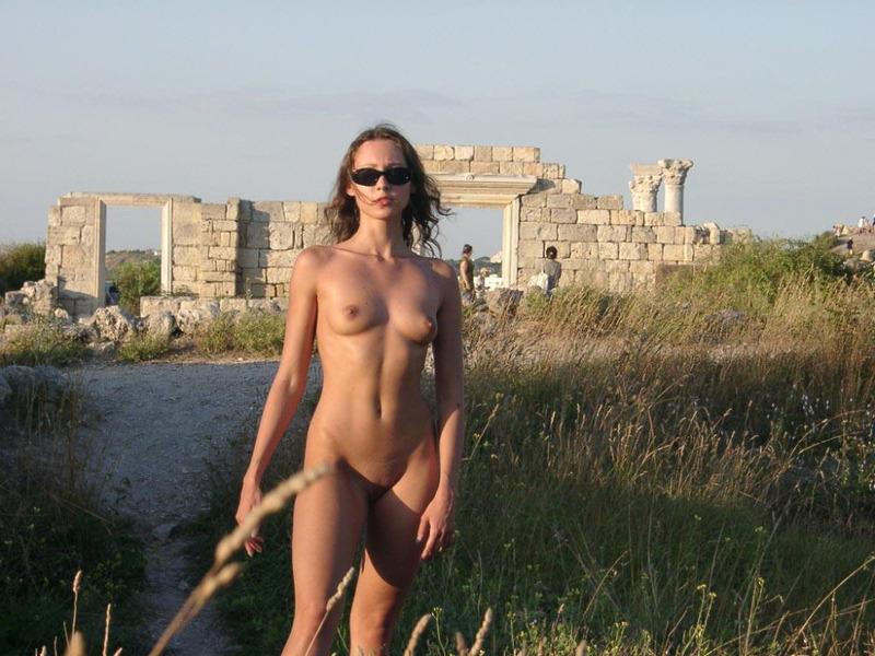 Русская милаха позирует в наготе на фоне древних развалин секс фото и порно фото