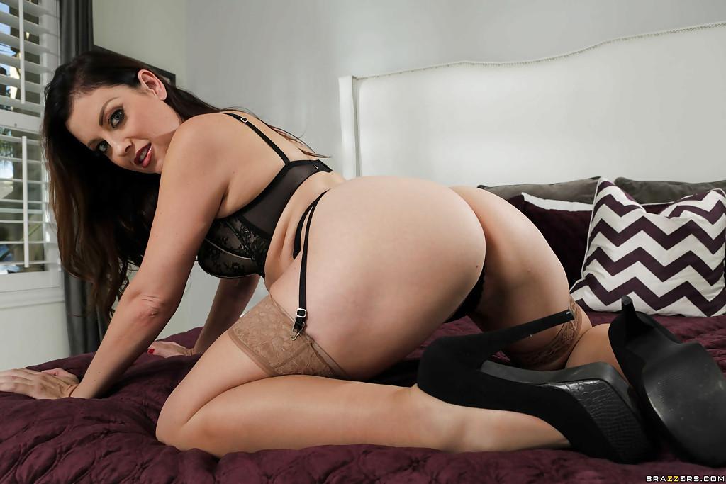 Мамаша снимает сексуальное нижнее белье на кровати секс фото и порно фото