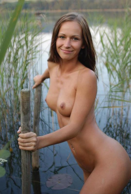 Молодая очаровашка из России бродит голышом по реке секс фото и порно фото