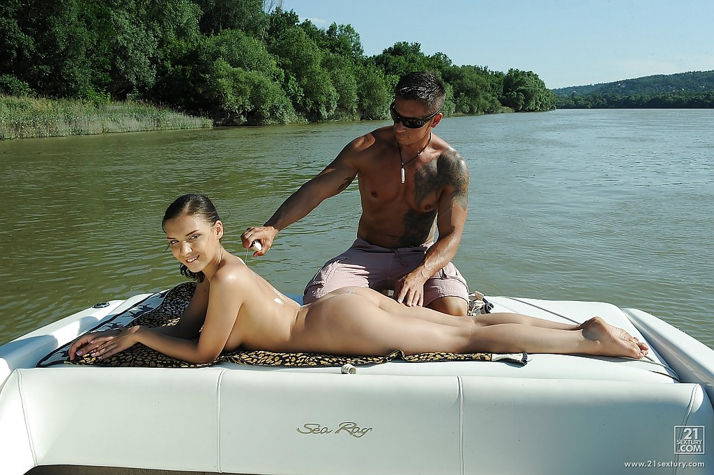 Мужик трахнул россиянку с аппетитной грудью на катере секс фото и порно фото
