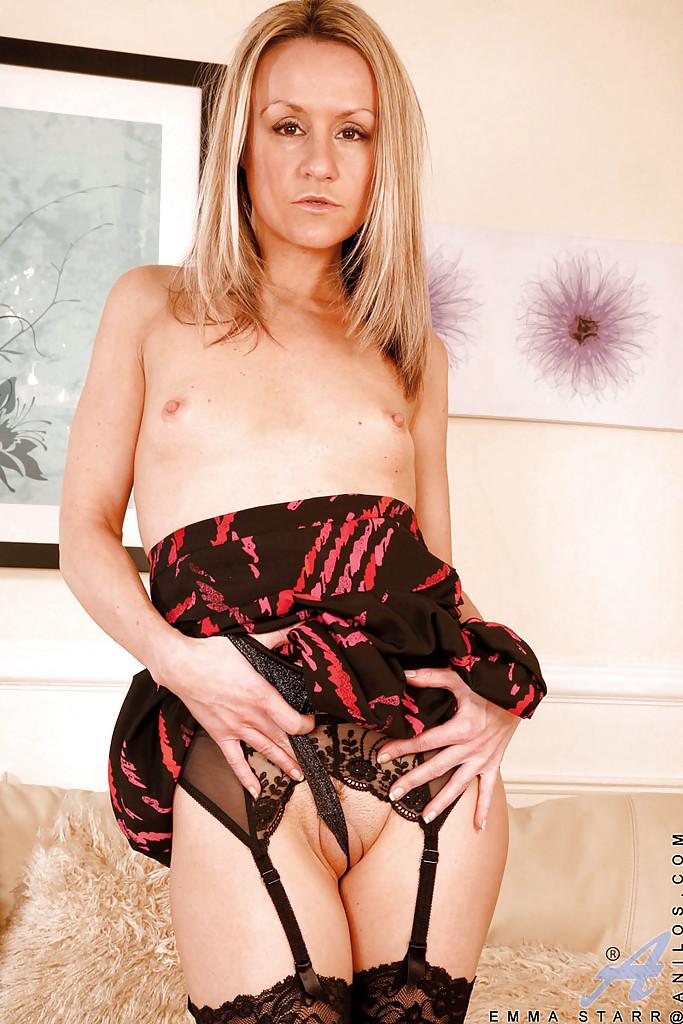 Emma Starr в чулках мастурбирует дилдо на кровати секс фото и порно фото
